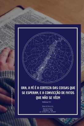 pessoa lendo a bíblia ao fundo com poster do mapa do meu ceu azul em destaque com frase de fé