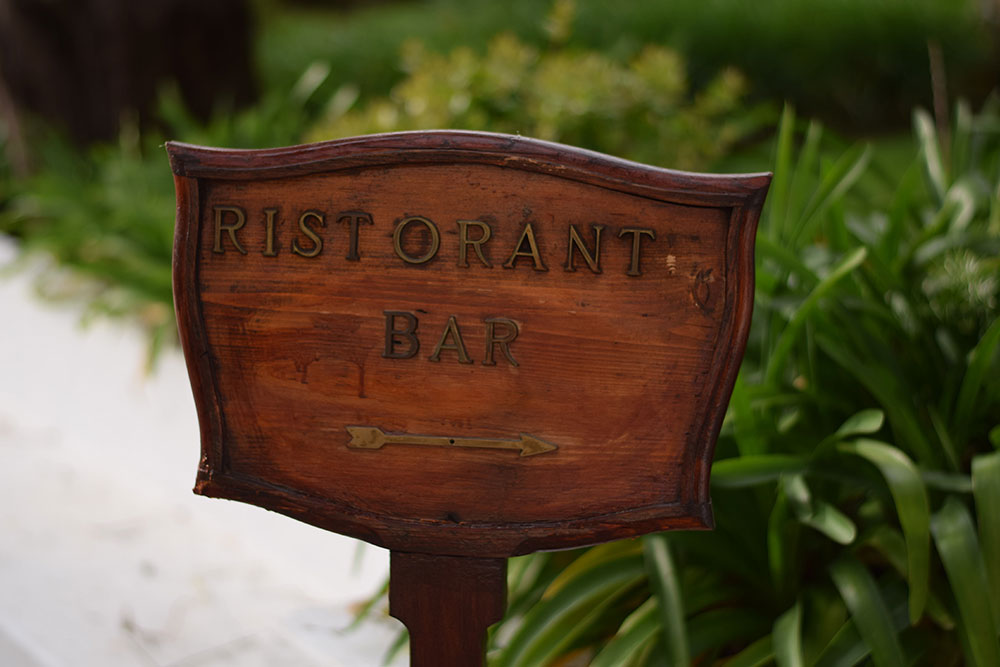 "Photo of a sign that says ""Risorante Bar"" with an arrow pointing to the right in Ravello, Italy."