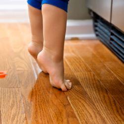 Ребенок ходит на носочках – нормально ли это?