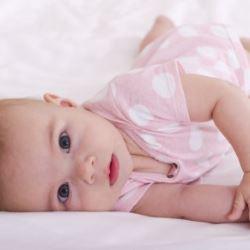 Когда малыш начинает ползать на четвереньках?