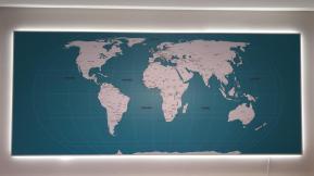 papel de parede mapa mundi modelo 26 A1 aplicado painel de led frontal, somente o mapa.