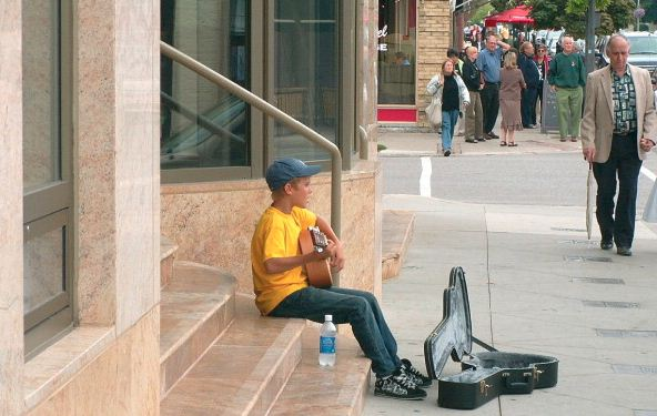 15.-13-year-old-Justin-Bieber-singing-for-passers-by-in-Stratford-Canada-2007