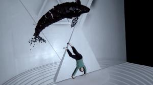 Танец с видеомэппингом вопреки законам физики