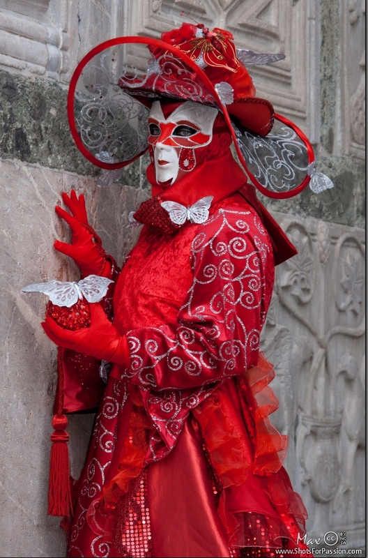 For one week every year, Venice transforms itself, leaving behind its calm atmosphere and transforms into an explosion of colours and emotions. I'm talking about the Venetian Carnival.