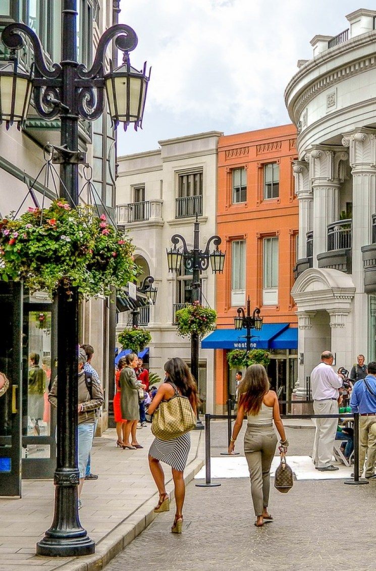 If you've got deep pockets in LA, Rodeo Drive and Robertson Blvd. are must-sees, while bargain hunters will want to check out the outlets in Camarillo, the Citadel, Desert Hills and Ontario Mills.
