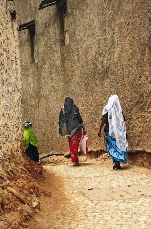 In Harar, Ethiopia, we enter the Islamic world. Women here wear a hijab. I find the attire beautiful, as do most women in the country.