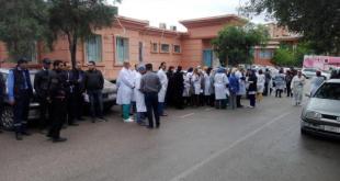 وقفة احتجاجية للأطباء والممرضين ضد إعفاء مدير المستشفى الجهوي ببني ملال