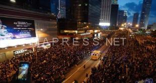 سيارة إسعاف تخترق مظاهرة مليونية بسرعة خيالية في هونغ كونغ