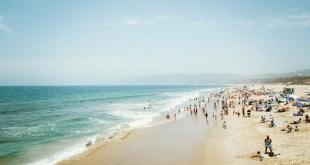 متطوعون مغاربة وأجانب ينخرطون في حملة نظافة لشاطئ أكادير