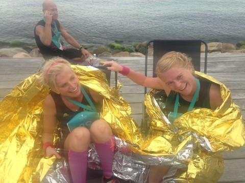 Sofia (till vänster) med löparvännen Johanna efter målgången på Helsingborg marathon i september. Foto: privat