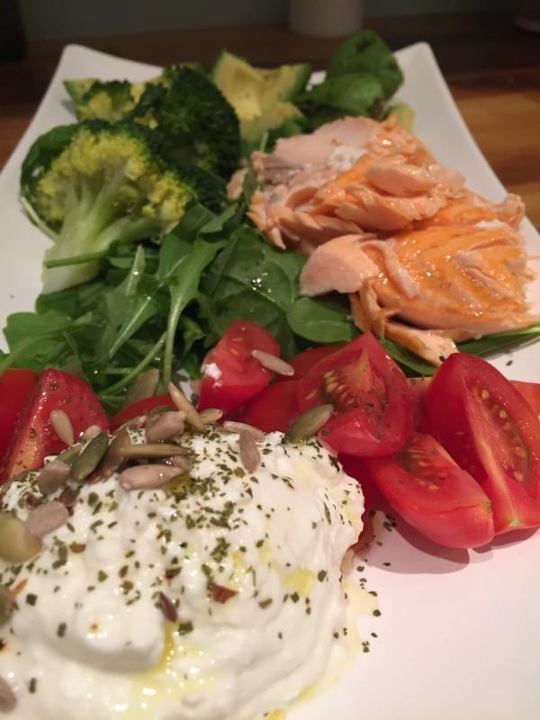 Lax, grönsallad, tomater, broccoli, sparris och massor av kärlek. Foto: privat