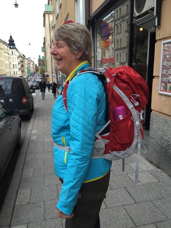 Glad mamma visar stolt upp sin vandringsryggsäck. Foto: privat