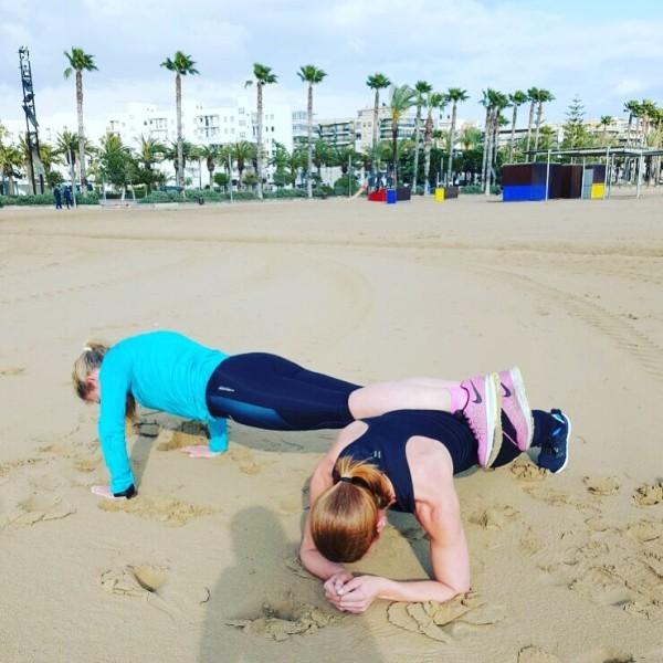 Tar hjälp av våra kroppar och varandra för att få till ett bra träningspass. Anna ligger i plankan och jag kör armhävningar. Vid kameran: Linnéa