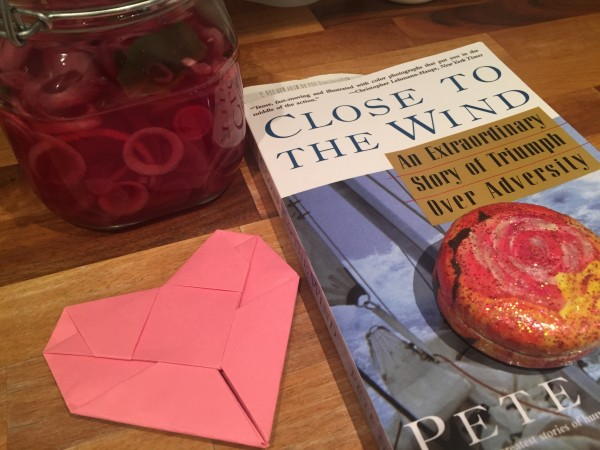Boken och löken är jag skyldig till. Hjärtat från Kim som har vilovecka och snusdosan från Pehr. Foto: privat