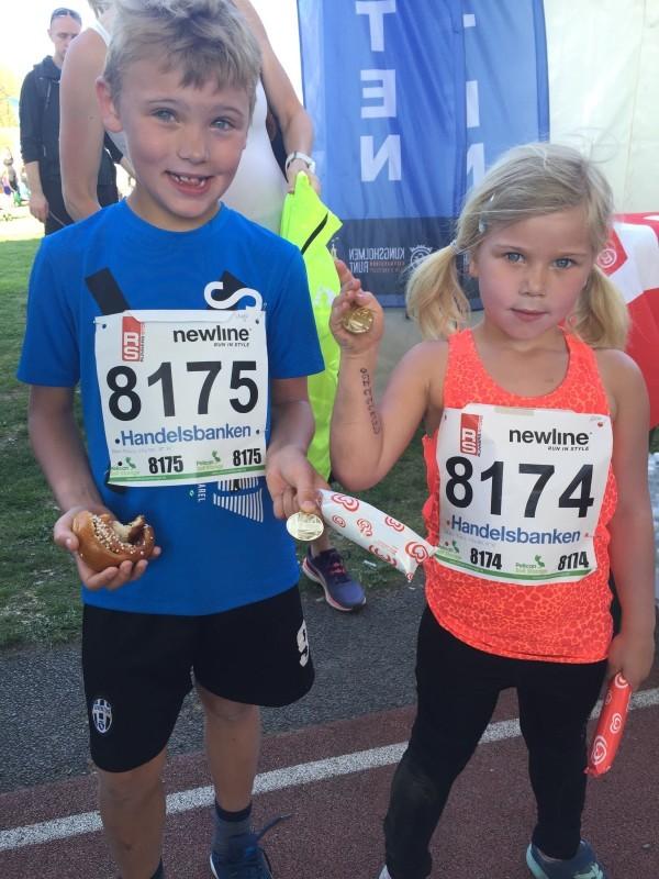 Hugo och Alice med nya personbästa, glass och medaljer. Foto: privat