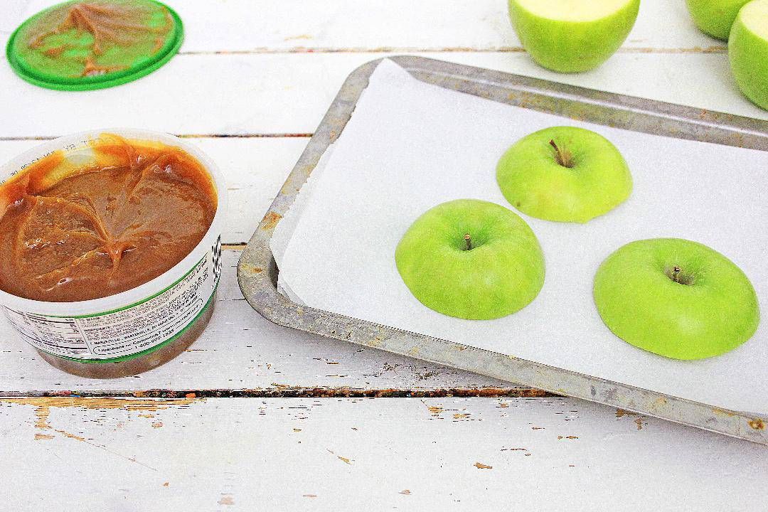 Apple tops with caramel