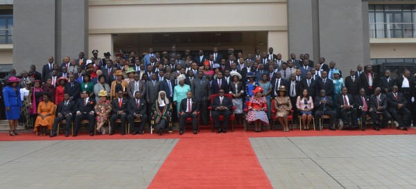President Mutharika posing with Members of Parliament