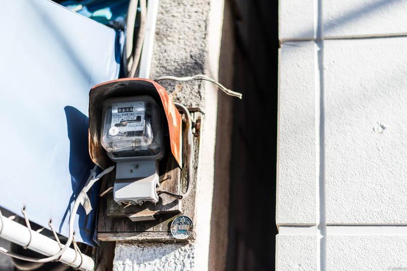 古びた電気メータ