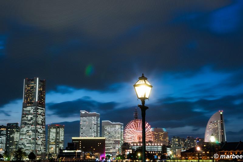 写真 横浜のマジックアワー 街灯 背景が横浜を象徴
