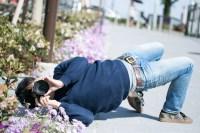 撮影に集中するとイナバウアーを披露するクセがあるカメコ [モデル:大川竜弥]