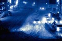 雪が降り積もる夜の幹線道路