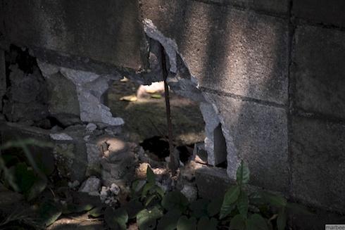 穴の開いた壁