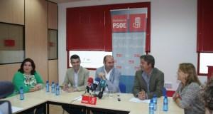 El secretario de Política Municipal del PSOE-A, Francisco Conejo, flanqueado por José Bernal (izqda) , Ricardo López y otros cargos del partido reunidos