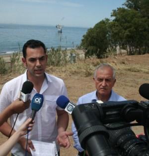 Los ediles de IU en Marbella, Miguel Díaz y Enrique Monterroso, este jueves, en las dunas de El Pinillo