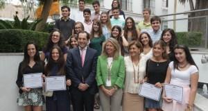La alcaldesa de Marbella, Ángeles Muñoz, junto al gerente del Grupo Alfil, Francisco Gómez y los premiados