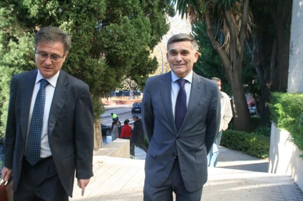 El concejal de Obras, Javier García (drcha) al llegar este miércoles a declarar como testigo, acompañado del asesor jurídico municipal, Enrique, Sánchez.
