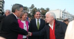 El marido de la alcaldesa, Lars Broberg (drcha), saluda al alcalde de Estepona, José María García Urbano, en imagen reciente