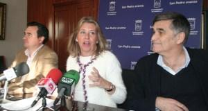 La alcaldesa de Marbella, Ángeles Muñoz, este miércoles en rueda de prensa junto al portavoz, Félix Romero (izqda) y el edil de Obras, Javier García