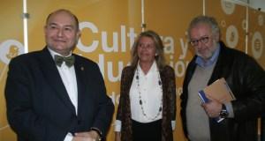 La alcaldesa flanqueada por el catedrático de Literatura, Antonio Garrido Moraga y parlamentario del PP-A (izqda) y el director del CAC de Málaga, Fernando Francés, este lunes en el Foro de Cultura del PP