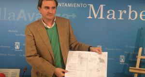 El portavoz municipal del PP, Félix Romero, muestra documentos sobre el deslinde con Benahavís este martes en rueda de prensa