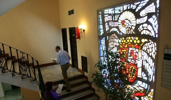 Imagen del escudo preconstitucional ubicado en la primera planta del Ayuntamiento de Marbella