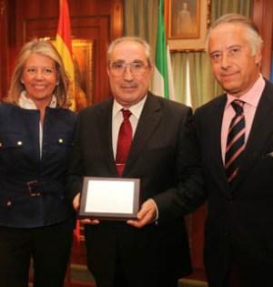 El exinterventor municipal de Marbella, Juan Antonio Castro, (centro) junto a la exalcaldesa Ángeles Muñoz y el secretario municipal, Antonio Rueda en imagen de archivo
