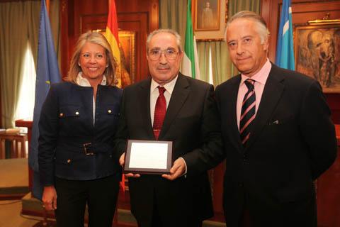 El exinterventor municipal, Juan Antonio Castro, (centro), cuando fue homenajeado por la alcaldesa en 2010 junto al actual secretario municipal, Antonio Rueda