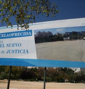 Imagen de una de las polémicas vallas contratadas por el Ayuntamiento de Marbella en distintas parcelas municipales. Foto/marbellaconfidencial.es