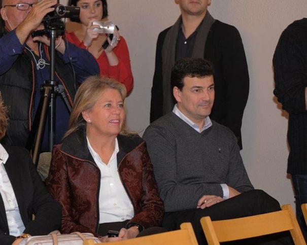 La alcaldesa de Marbella, Ángeles Muñoz, junto a su 'número 2' en la lista del PP, Cristóbal Garre, en un acto reciente. (Facebook)