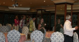 En primer término a la derecha, tratando de taparse, el líder de OSP, Rafael Piña, al fondo la edil del PP Kika Caracuel (chaqueta rosa) al término de la reunión en un reservado del restaurante Santiago este martes. Firma/ J.C.VILLANUEVA