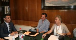 Ángeles Muñoz y Félix Romero dialogan con el alcalde de Marbella, José Bernal, durante una reunión de portavoces Foto/ marbellaconfidencial.es