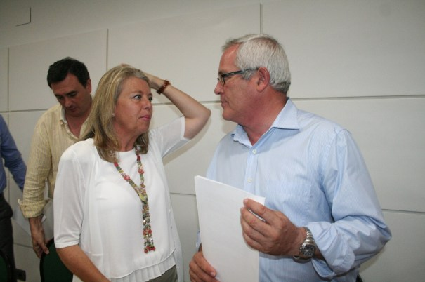 La presidenta del PP de Marbella y alcaldesa en funciones, Ángeles Muñoz, junto al líder de OSP, Rafael Piña, tras la rueda de prensa conjunta del 6 de junio. Foto/marbellaconfidencial.es