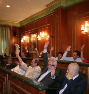 Los concejales del equipo de gobierno y Costa del Sol Sí Puede votando a favor de archivar el deslinde con Benahavís este sábado. Foto/ marbellaconfidencial.es
