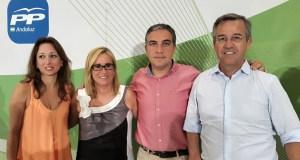 El presidente del PP de Málaga, Elías Bendodo (segundo por la drcha) junto a Patricia Navarro y los alcaldes de Fuengirola (Ana Mula) y el alcalde de Estepona, José María García Urbano, este lunes en Málaga