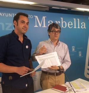Los portavoces del equipo de gobierno, Miguel Díaz y Javier Porcuna, mostrando documentos este martes en rueda de prensa. Foto/ marbellaconfidencial.es