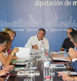 El presidente de la Diputación, Elías Bendodo, presidiendo una reunión junto a su equipo. Foto/ Europa Press