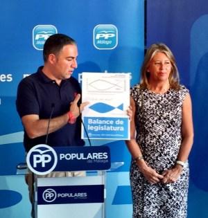 El portavoz del PP andaluz y presidente provincial, Elías Bendodo, junto a la presidenta del PP de Marbella, Ángeles Muñoz, este sábado en San Pedro Alcántara. Foto/ PP-A.