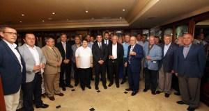 El alcalde de Marbella, José Bernal, en el centro, rodeado de asistentes al almuerzo del colectivo Skal , donde ha explicado su programa turístico