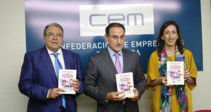 El presidente de la Confederación de Empresarios de Málaga (CEM), Javier González de Lara (centro), junto al presiente de la Cámara de Comercio, Jerónimo Pérez Casero, en imagen de archivo. Foto/ Europa Press