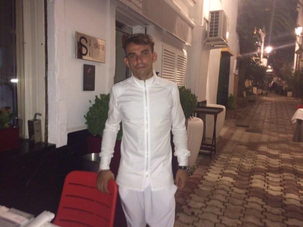 El cocinero Marcos Granda, frente a la puerta del Restaurante Skina que regenta en el Casco Antiguo de Marbella. Foto/marbellaconfidencial.es